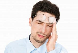 chico con dolor de cabeza de estudiar inglés