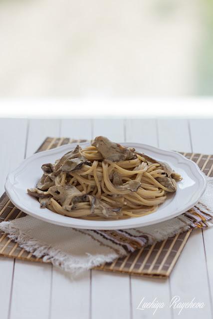 Пълнозърнести спагети със сос от сушени манатарки