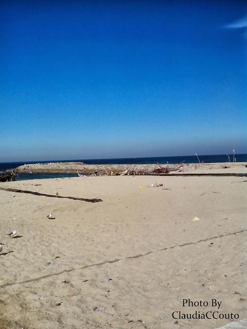 Fotografia de uma praia onde ainda se pratica a pesca artesanal. Nesta fotografia não respeitei as regras a que deveria, no entanto se respeita-se entraria numa munotonia incomprrencivel. Para mim fotografar e ser livre não teria logica ficar presa as regras impostas.
