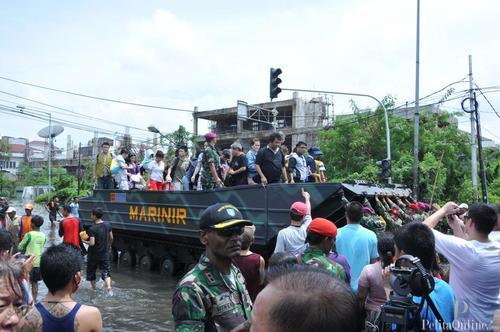 Tank Amphibi Evakuasi Warga Pantai Indah Kapuk