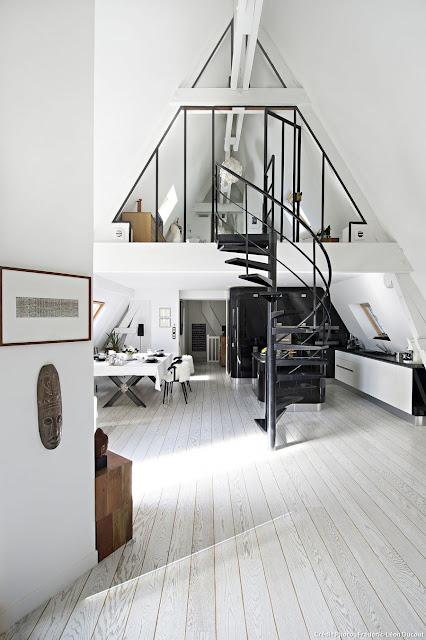 Weiß-schwarzes Loft in Paris: ausgebauter Dachstuhl in konsequenter Einrichtung und Design