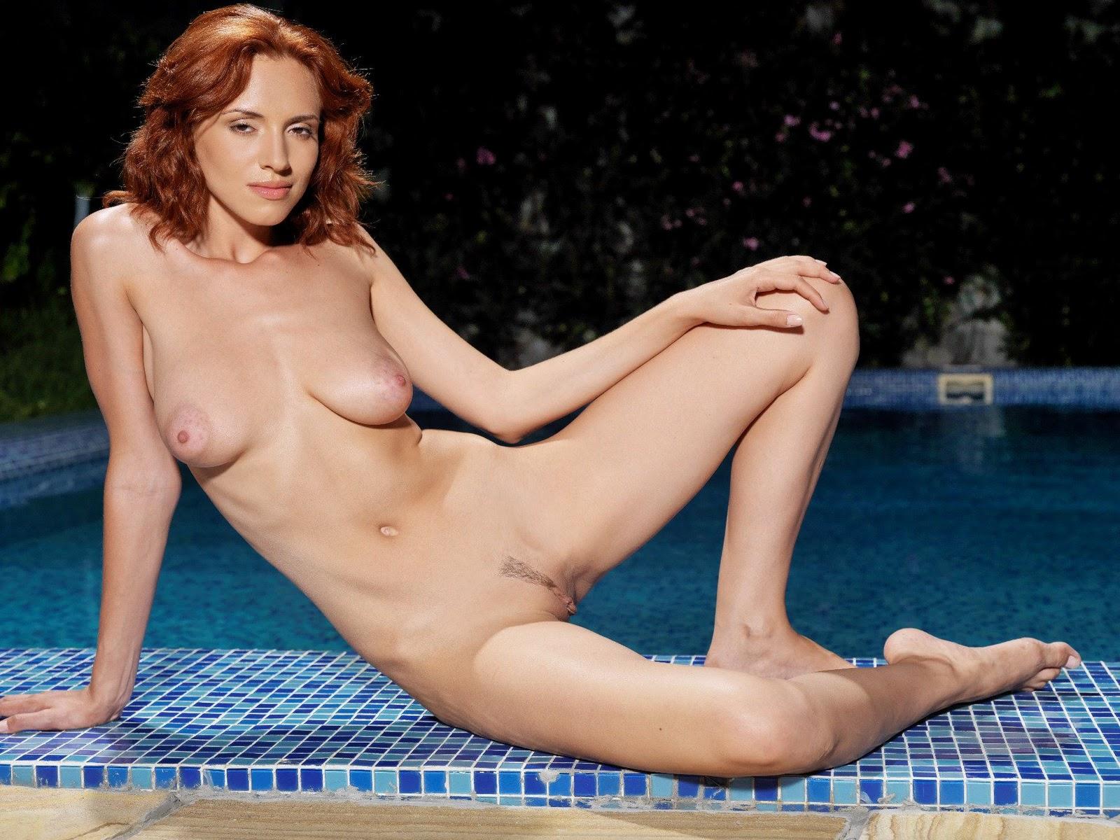 Рыжая у бассейна порно 1 фотография
