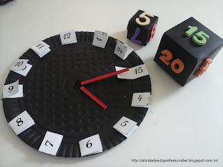 Cubos marcando 5 horas e 15 minutos e no relógio, os ponteiros posicionados no 5 e no 15 (3)