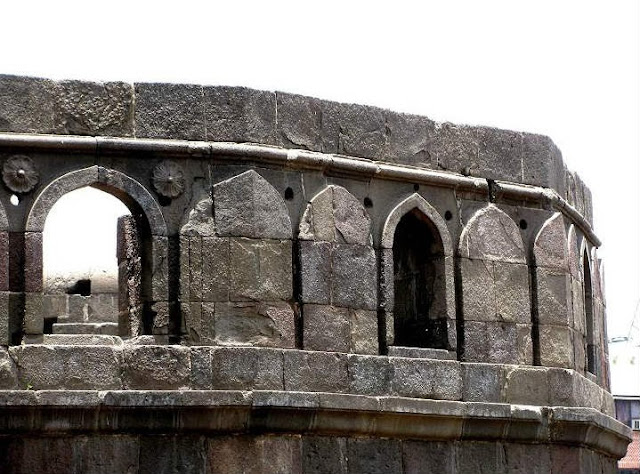 High walls of the Shaniwarwada Fort