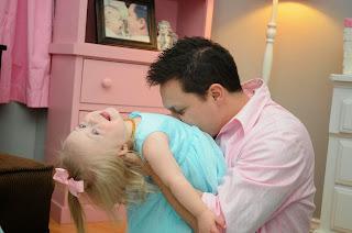 Shawn Basile juega con su hija Mila, quien junto a sus hermanas, Zoya y Sofía, fue adoptada en Ucrania.