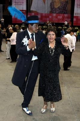 Adultos mayores bailando danzón al estilo pachuco.