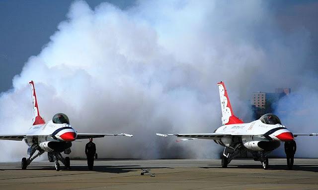 Gambar Pesawat Tempur F-16 Fighting Falcon Lagi Ngebul