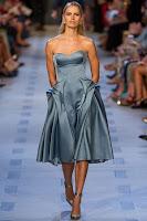 Лъскава рокля без презрамки с дължина под коляното на Zac Posen