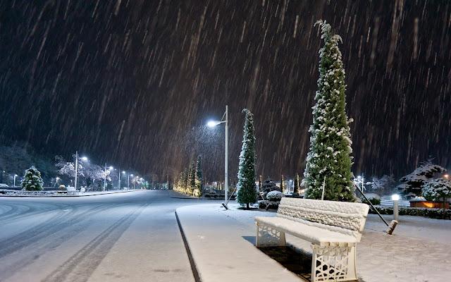 лавочка зимой под снегом
