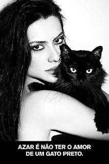 Cléo Pires abraça gato preto, para campanha da Ampara Animal: Azar é não ter o amor de um gato preto
