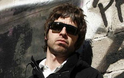 Noel Gallagher - Everybody's On The Run Lyrics