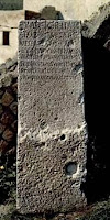 Cippus con un edicto del tribuno T. Suedius Clemens, encontrado en el camino hacia la puerta cerca de las termas suburbanas