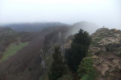 Al este queda el vértice, semioculto por la niebla