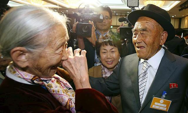 Pareja coreana en su primer encuentro tras la Guerra de Corea