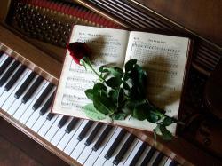 Sebuah Piano Merah Mahoni