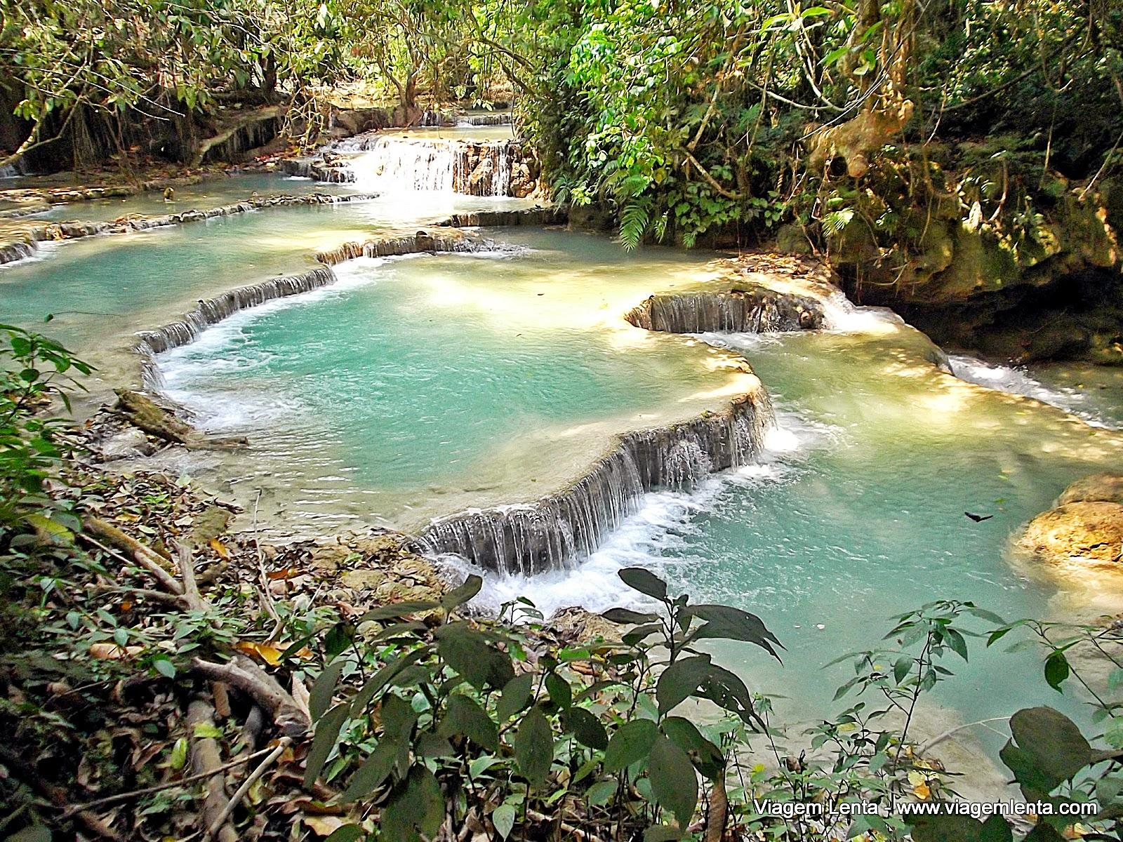 Relato de viagem à cidade de Luang Prabang, norte do Laos em meio a centenas de monges. Almsgiving e cachoeiras Kuang Si, um espetáculo.