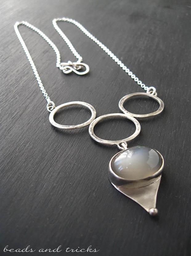 Collana in argento e cabochon di pietra di luna