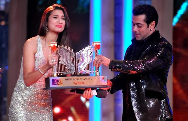 Salman Khan awarding the Bigg Boss 7 winning trophy to Gauhar Khan