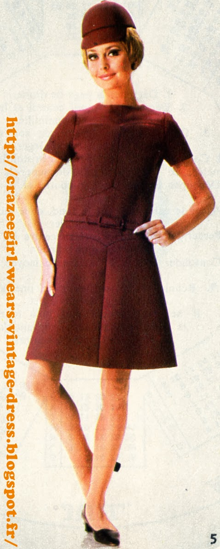 Variations sur le thème ceinture   Nina Ricci : Ceinture de cuir noir à boucle de métal doré pour une robe en pure laine peignée de ton vert, fermée sous un pli asymétrique. Poches plaquées et piqûrées. Variations sur le thème ceinture - belted dress - 1967 Christian Dior : Grande boucle ronde en écaille pour animer une ceinture de tissu , une trouvaille de M. Bohan (Christian Dior). La robe de style sarrau à longue patte de boutonnage est créée dans un jersey.  Nina Ricci :  En contraste, ceinture de cuir noir sur gabardine de laine de ton cyclamen. La robe est allurée par un col entonnoir, enroulé asymétriquement, et une grande poche plaquée sur le côté.  Guy Laroche : Jeu de cache-cache sousdeux basques arrondies ; la ceinture de cuir fauve est assortie  aux boutons et apporte  une note de fantaisie à une robe de ton crème, en gabardine de laine .Christian Dior : Ceinture fine et boucle allongée dans le même tissu que la robe, architecturée  de découpes et d'incrustations, celle-ci est remarquable par la nuance charmeuse d'un coloris prune. vintage fashion mode années 60 1960 60s 60's 1960s 1960's yeye mod mods twiggy belted belt dress dresses robe robes aline a line trapeze