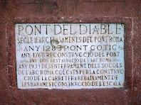 Placa de marbre, a l'entrada de ponent del Pont del Diable, amb les principals dades de la seva construcció