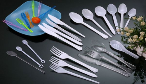 Membersihkan Peralatan Makan Dari Plastik