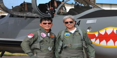 Dua tentara militer berfotodi depan Pesawat Tempur EMB Supertucano