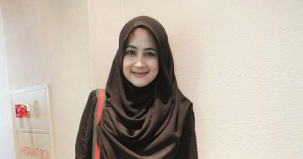 15 Desain Baju Muslim Umi Pipik Dian Irawati Terbaik ...