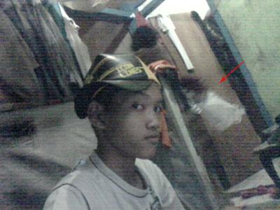 Foto penampakan kuntilanak melintasi pintu kamar