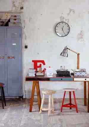 Metalowe taborety, czerwona litera, metalowa szafa, kolorowe biurko