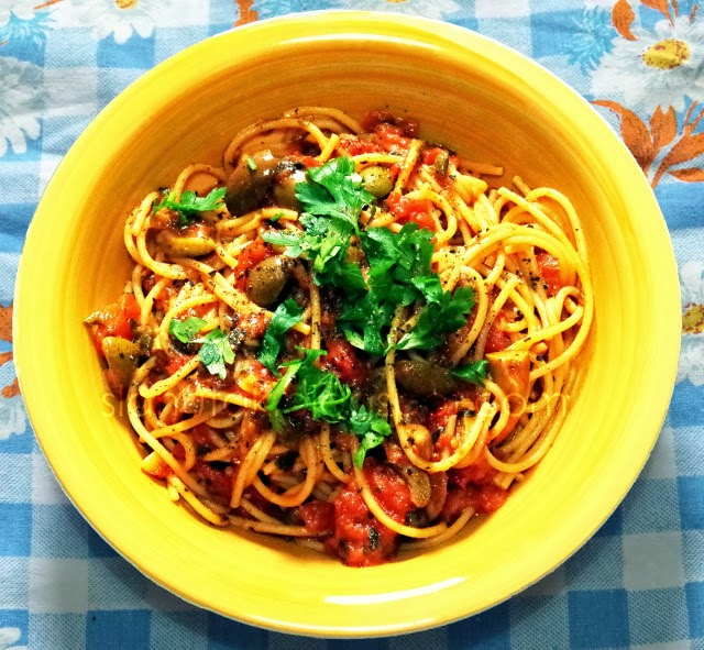 Spaghetti alla puttanesca (C) Enola Knezevic 2013