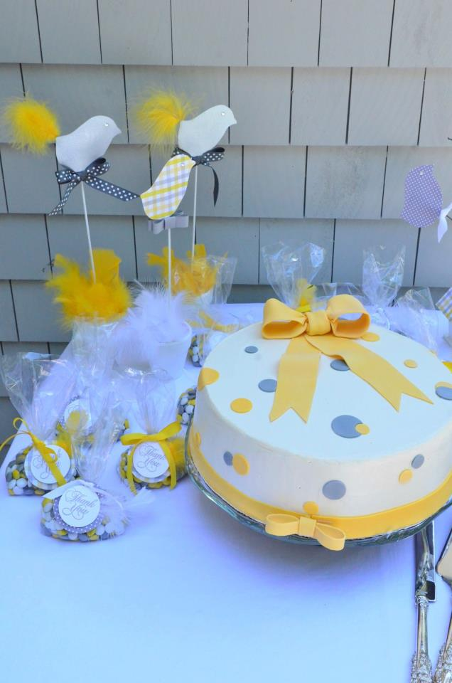 gray and yellow favor and cake
