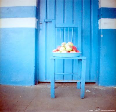 puerta y silla azul