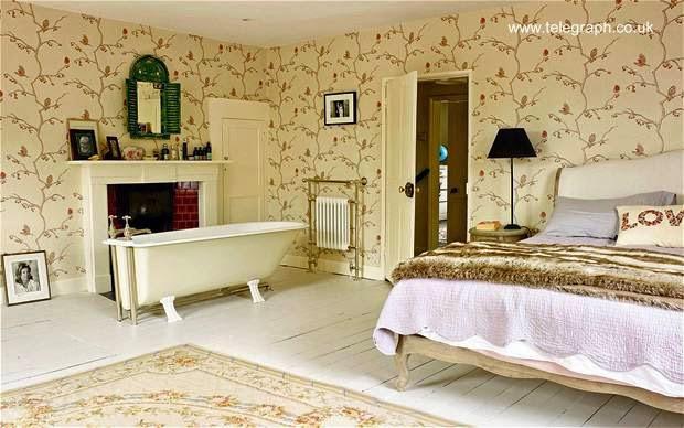 Tinas De Baño Viejas: patas junto a la chimenea en el dormitorio de una vieja casa de madera