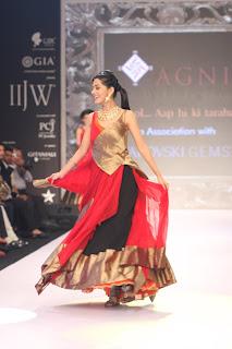 Amrita Rao Showstopper for AGNI Jewels at IIJW 2013 (6).jpg
