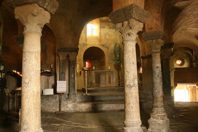 Le Puy-en-Velay Saint-Michel D'Aiguilhe interieur kerkje op rots auvergne