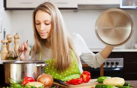 Mujer cocinando, mujer en la cocina, chica cocinando