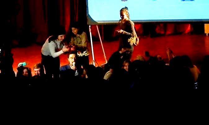 Дима Билан в толпе поклонниц на антинаркотическом митинг-концерте Мечты сбываются.. Москва. 04.12.2014. Автор фото председатель НСНБР А.Г.Огнивцев.