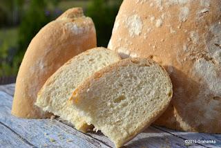 Chleb i kromki na świeżym powietrzu