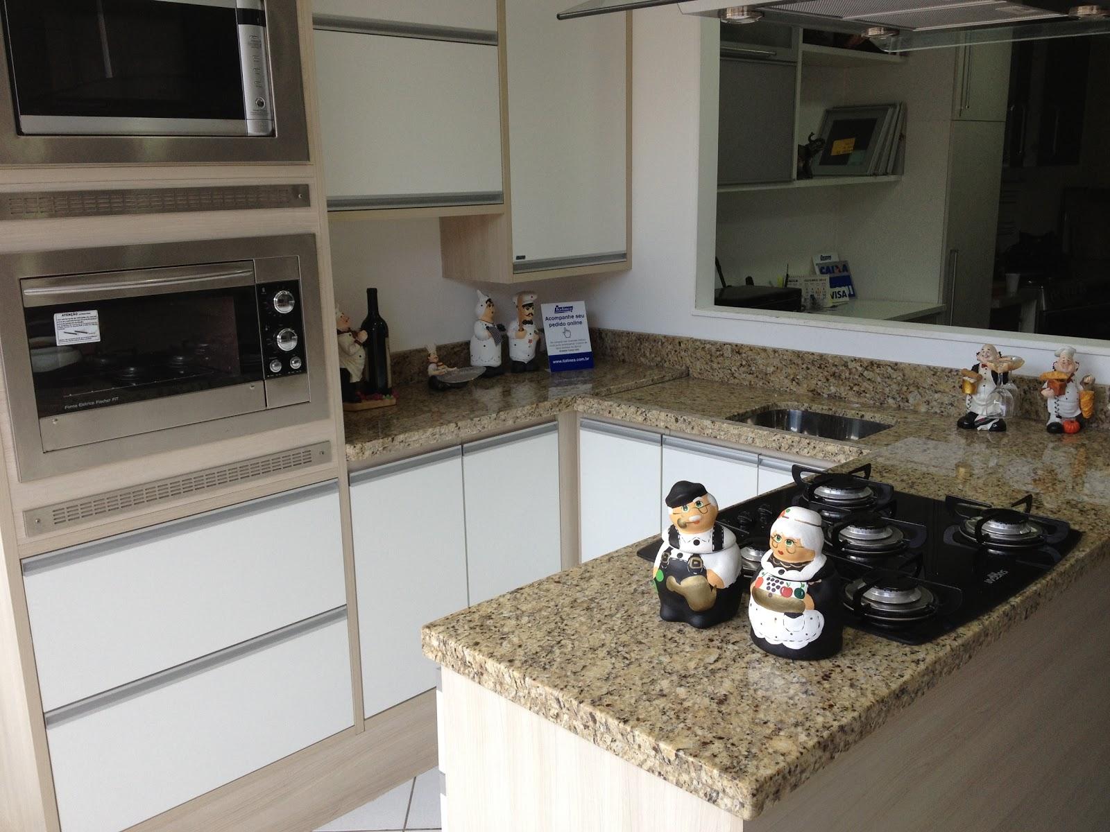 Cozinha Compacta em Granito Ouro Brasil. Armários da LarDesign  #7E694D 1600 1200