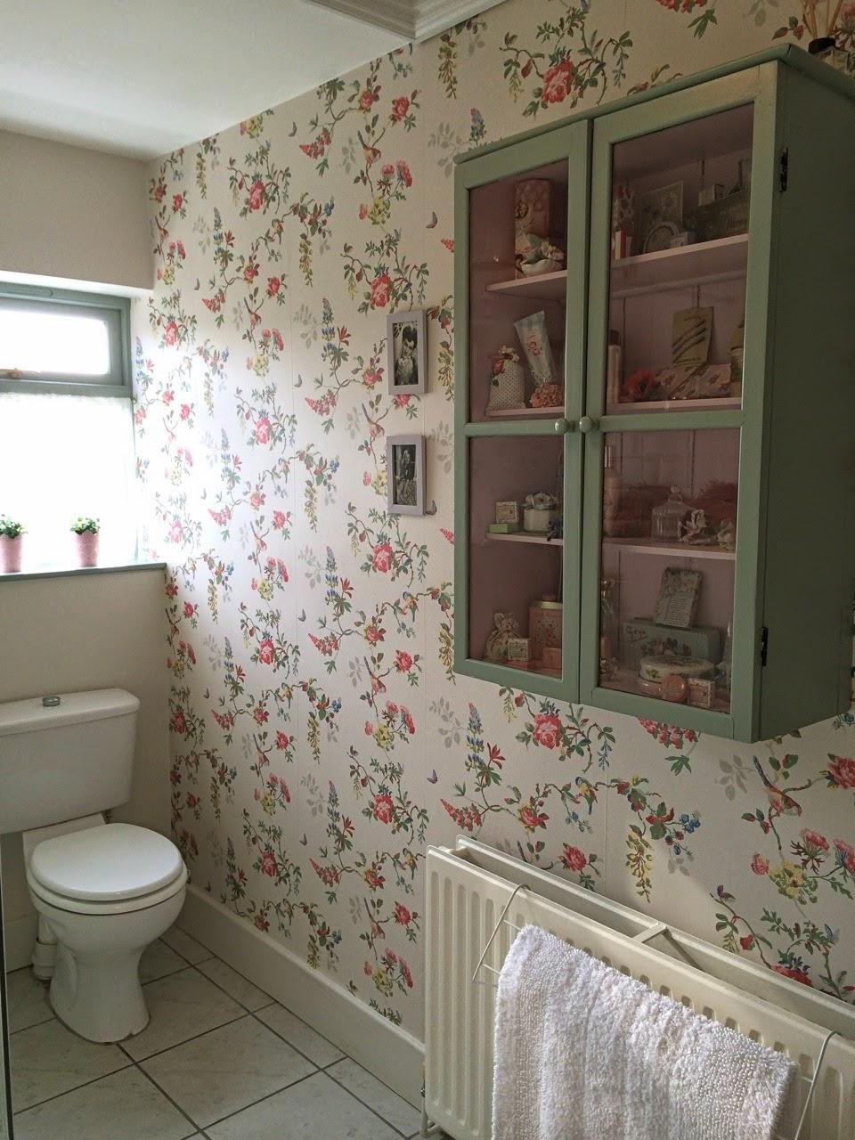 Rose wallpaper on pinterest vintage wallpapers for Vintage bathroom wallpaper