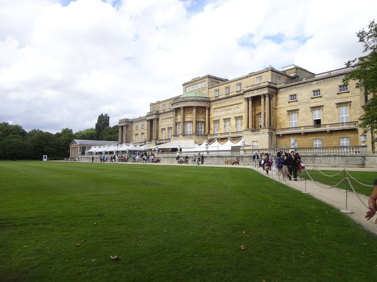 Honeybrook delights spotlight on buckingham palace for Does buckingham palace have a swimming pool
