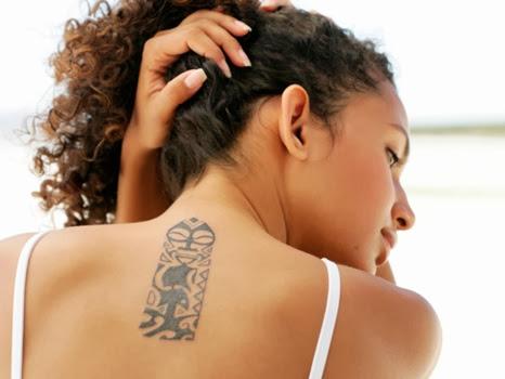 tatuagem em pele negra nas costas feminina