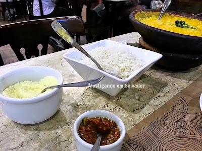 Terra Brasil Restaurante & Choperia: Acompanhamentos (Arroz Branco, Farinha e Pimenta) do Bobó de Camarão