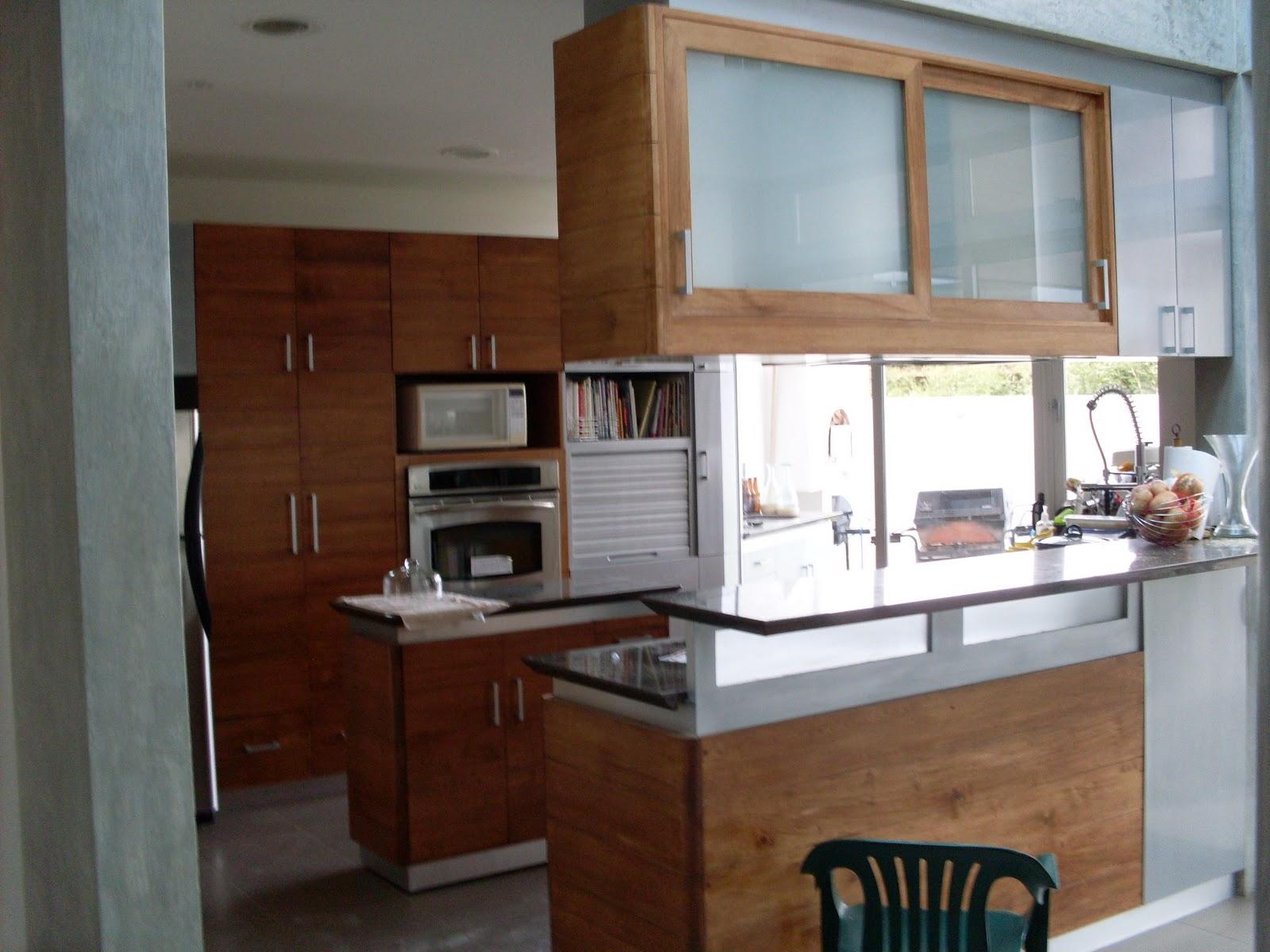 Descripción Mueble de cocina con desayunador con madera de Melina