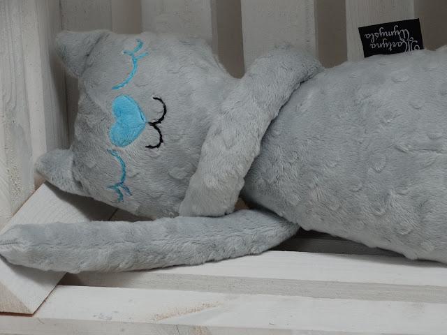 szara maskotka dla dziecka kot