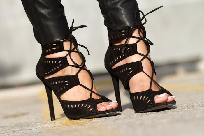 Sandalias de tacón atadas con cordones negras de Zara