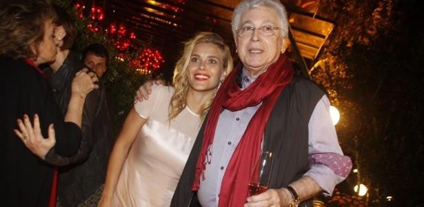 Carolina Dieckmann e Aguinaldo Silva se abraçam em festa de encerramento de 'Fina Estampa' em 17/3/12 (Foto: AgNews)