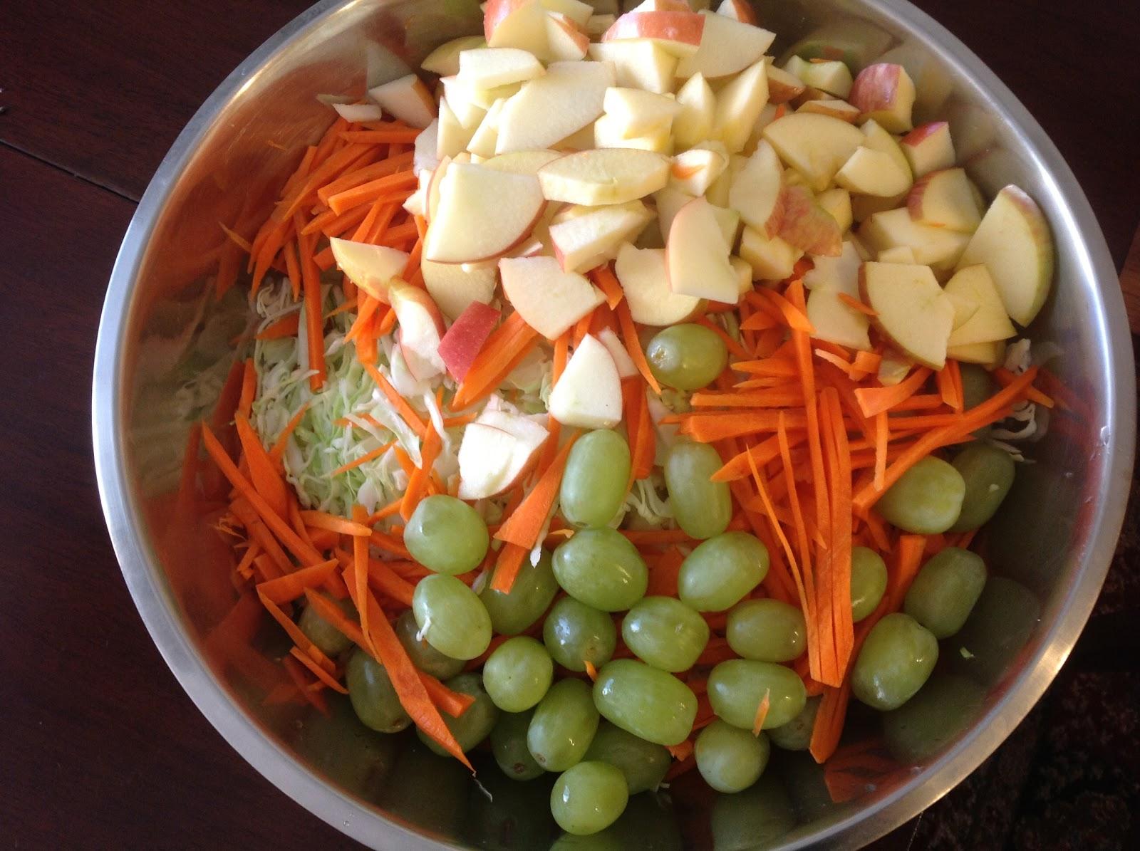 Капуста с яблоками и виноградом рецепт