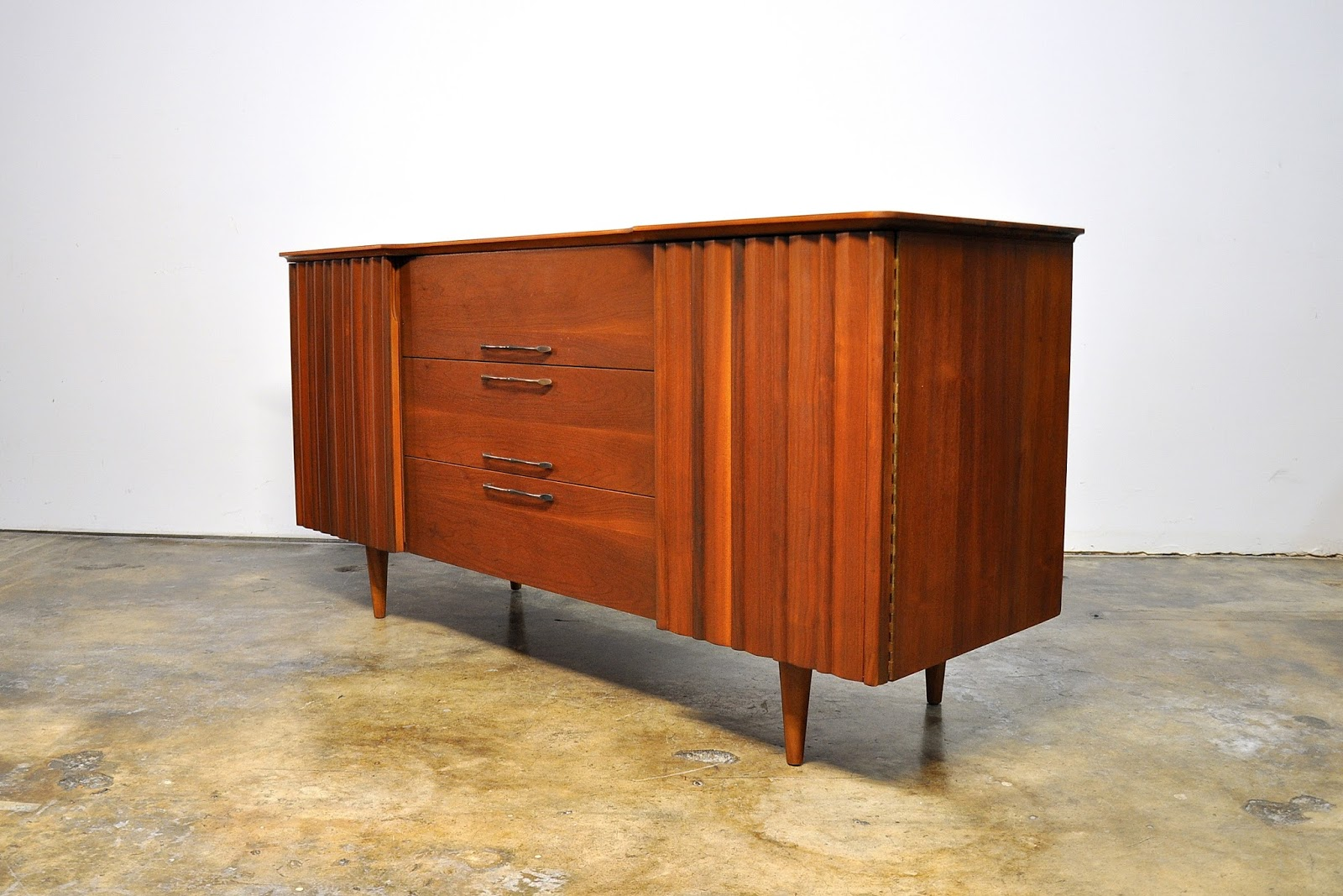 Select Modern United Furniture Credenza Bar Media Console Buffet Or Sideboard