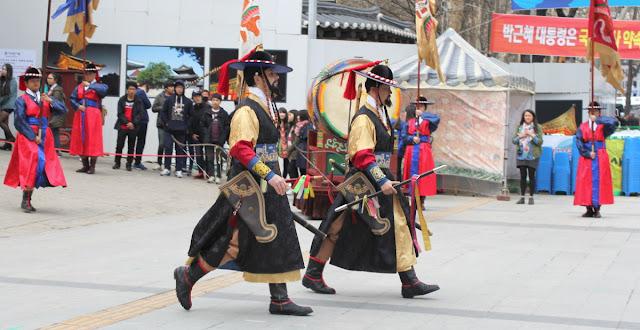 En medio del cambio de la guardia del palacio Deoksugung